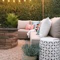 Terraza con piso de grava y guirnalda de luces