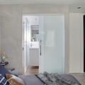 cuarto con baño y puerta corrediza