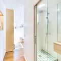 Baño con puerta corrediza y regadera