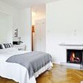 cama desplegable en dormitorio con chimenea