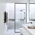 Baño color blanco con regadera y cancel negro