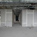 Instalación de muros y plafones de tablaroca.