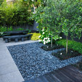jardín con piedritas grises