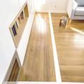 Piso de madera con divisiones de líneas blancas