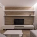 Sala con pared recubierta de madera oscura