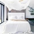 Recámara moderna con mosquitero colgado del techo