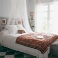 Recámara clásica con mosquitero en la cama