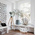 Sala con piso laminado y ventanas