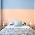 habitación con pared pintada