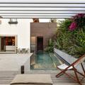 Terraza con pérgola y jardín