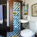Baño con azulejos en azul y blanco
