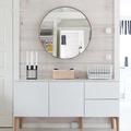 Recibidor con mueble blanco y espejo redondo