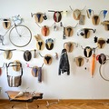 Pared decorada con bicicleta y cornamentas