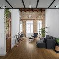 Loft amplio con pared de ladrillo y piso de madera