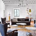 Sala con piso de barro cocido y paredes de cal