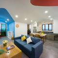 Sala colorida unida a la cocina