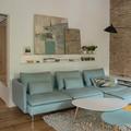 Sala decorada con tapete, plantas y cuadros