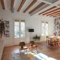 Sala con pared de ladrillo visto y vigas de madera
