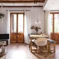 Vivienda de estilo rústico con piso y puertas de madera