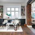 Sala con piso de madera y muro de ladrillo