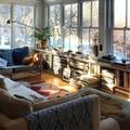 Sala cálida con tejidos y buena iluminación