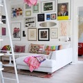 Sala con composición de cuadros