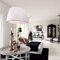 salón con lámparas blancas