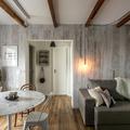 Sala decorada con imitación de madera