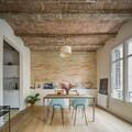 Sala con ladrillo visto y madera