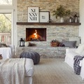 Sala con pared de piedra y chimenea