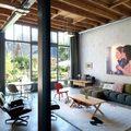 Sala luminosa con piso de microcemento y vidrios grandes