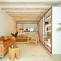 Sala luminosa con vigas de madera en el techo