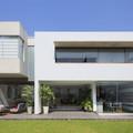 Casa con fachada blanca construida con steel frame