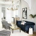 Sala con sillón de terciopelo azul