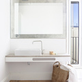 Baño blanco con piso laminado
