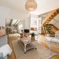 Sala con piso de madera y escalera