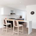 Cocina con piso vinílico de madera