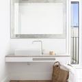 Baño con piso laminado