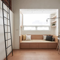 Sala con banco de madera y espacio para almacenaje