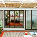 Terraza decorada con plantas y toldos de paja
