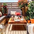 Terraza de madera decorada con flores