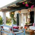 Terraza con muebles de madera y faroles