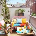 Terraza con toldo y alfombra