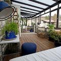 terraza cubierta con ventanas y plantas