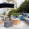 Terraza con sillones en tonos azules y sombrilla