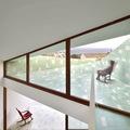 Casa con ventanas grandes y terraza revestida en color verde