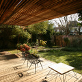 Terraza de madera con jardín