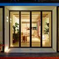 Terraza con cerramiento de vidrio y piso de madera