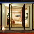 Terraza con puertas pivotantes de vidrio