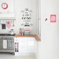 Cocina decorada con vinil en la pared